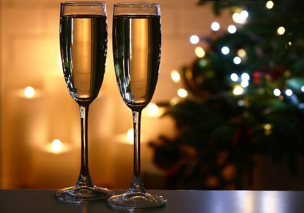 Calici da champagne in tavola, su abete e piano camino