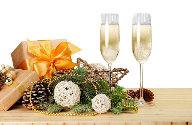 Bicchieri di champagne con decorazioni e regali di natale