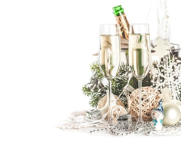 Bicchieri di champagne con decorazioni di natale e capodanno