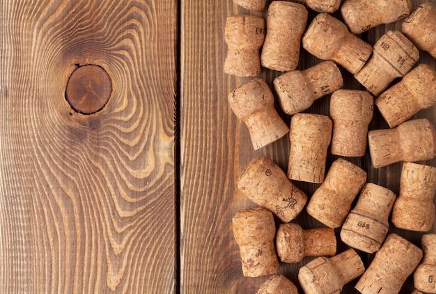 Tappi per vino champagne su sfondo texture tavolo in legno
