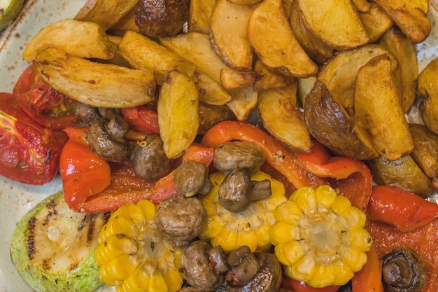 Funghi champignon serviti con patate al forno e panna.