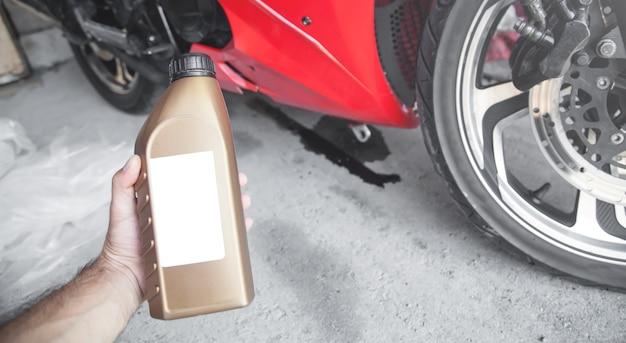 Cambiare l'olio motore della motocicletta. controllo e manutenzione