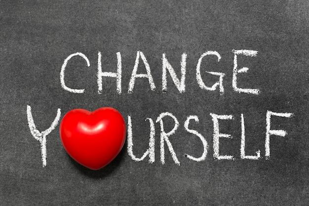 Cambia te stesso frase scritta a mano sulla lavagna con il simbolo del cuore invece di o