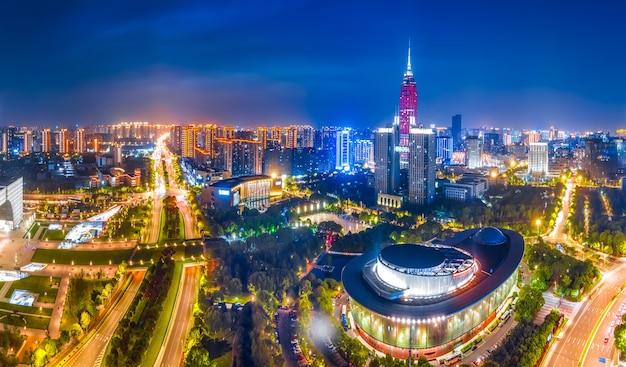 Vista notturna del paesaggio dell'architettura della città di changzhou