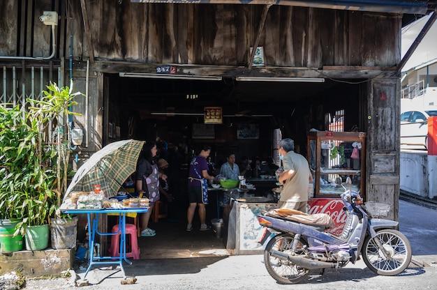 Chanthaburi,thailand-28 nov 2020:turista sconosciuto che cammina sul lungomare di chanthaboon della città vecchia. chanthaboon è l'antica comunità sul lungomare situata sul lato ovest del fiume chanthaburi