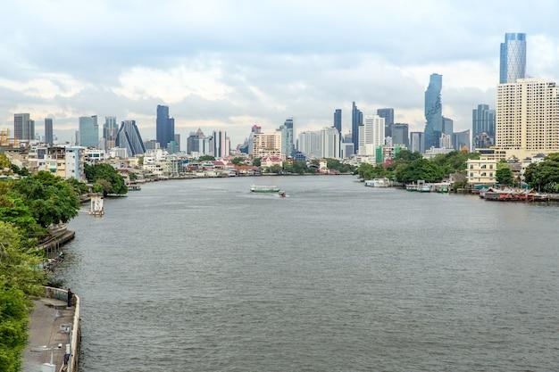 Fiume chao phraya e vista laterale sul fiume