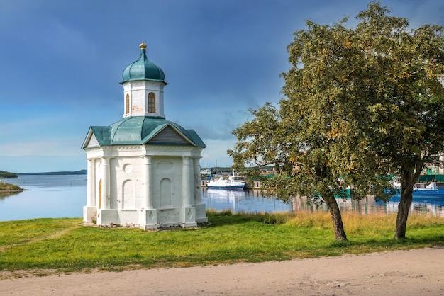 Cappella di alexander nevsky sulle isole solovetsky e un albero sotto i raggi del sole autunnale