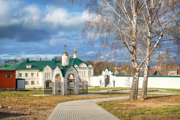 La cappella e la chiesa dell'icona sono degne del monastero dell'epifania a uglich sotto i raggi del sole autunnale