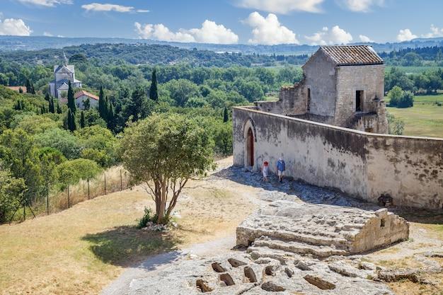 Cappella e rovine del cimitero nell'abbazia di montmajour vicino ad arles francia ex monastero medievale