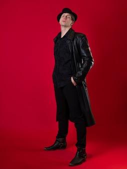 Personaggio del fantastico romanzo noir un giovane uomo serio vestito di nero