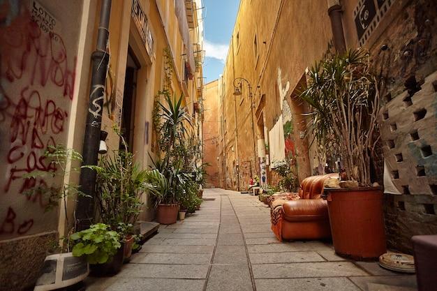 Caratteristico vicolo della città di cagliari in sardegna con divano da esterno