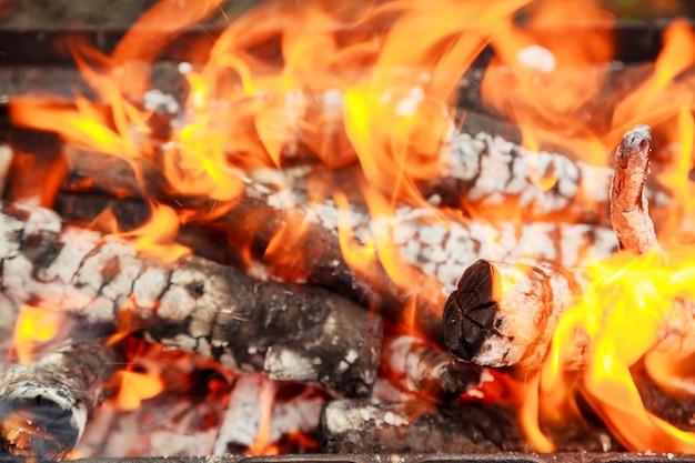 Carbone che brucia nel barbecue o sullo sfondo e la trama del telaio.