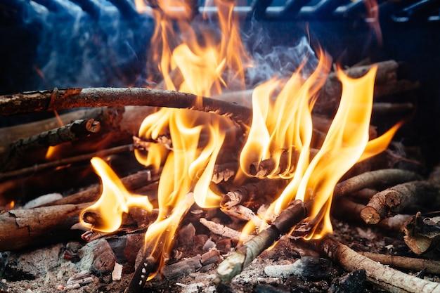 Carbone che brucia nel barbecue o sullo sfondo della cornice.