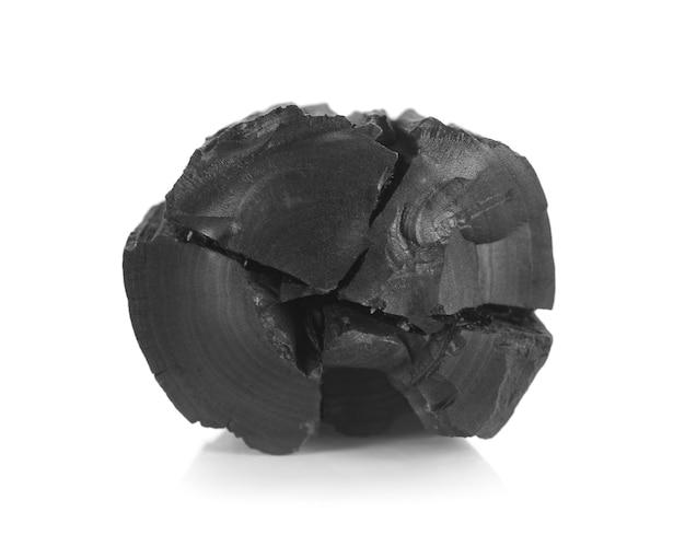 Carbone di legna isolato su sfondo bianco