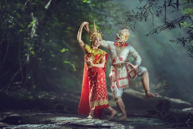 L'attore protagonista nella fiction durante una danza in stile antico