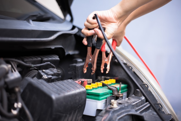 Caricare la batteria dell'auto con cavi jumper di elettricità