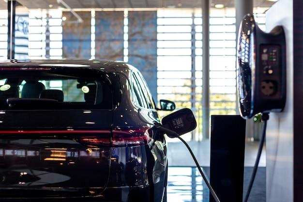 Ricaricare l'auto con l'elettricità in stazione.