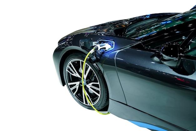 Ricarica di un'auto elettrica futuro del trasporto su bianco con traccia di ritaglio