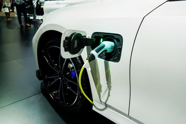 Ricarica di un'auto elettricaauto elettrica o auto elettrica alla stazione di ricarica il futuro dei trasporti