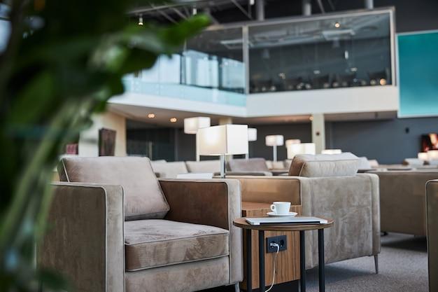 Ricaricare giovani gadget e bere caffè nella zona lounge