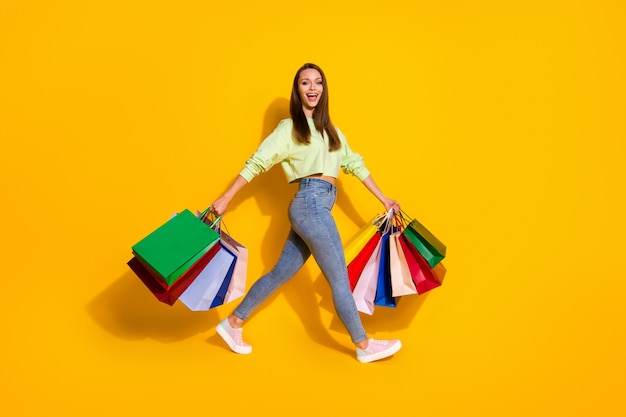 Tempo libero al dettaglio di una signora dipendente dallo shopping affascinante