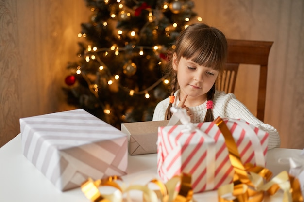 Affascinante confezione di regali di natale per bambini in sala festiva
