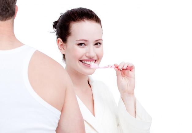 Coppia affascinante lavarsi i denti