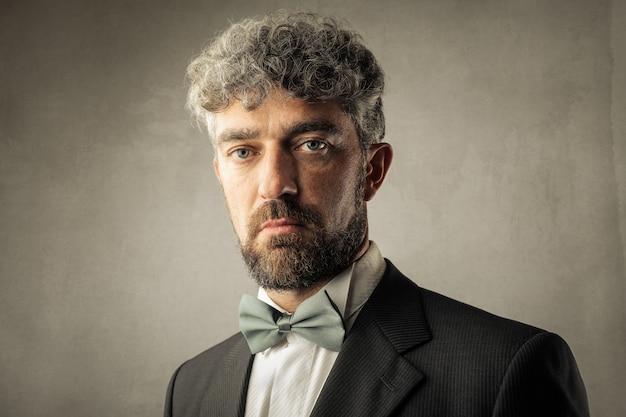 Affascinante uomo d'affari dai capelli ricci