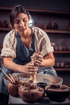 Affascinante maestro artigiano mostra come lavorare con la ruota di argilla e ceramica