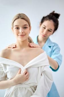 Signora affascinante che ottiene massaggio al collo nella stazione termale di bellezza. caucasico, femmina, rilassante, in, spa