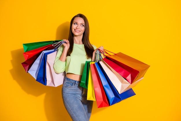 Affascinante signora in possesso di molte borse della spesa sogna lo spazio vuoto empty