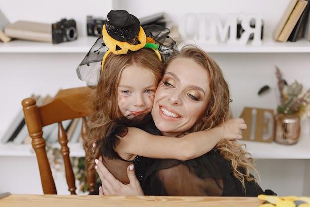 Affascinante bambina abbraccia così amorevolmente la sua bella madre