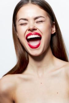 Donna affascinante spalle nude bocca spalancata occhi chiusi emozioni trattamenti termali