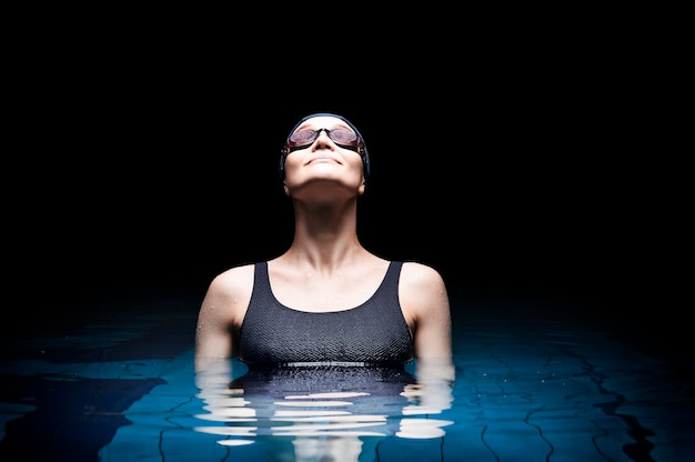 Affascinante donna in posa in piscina