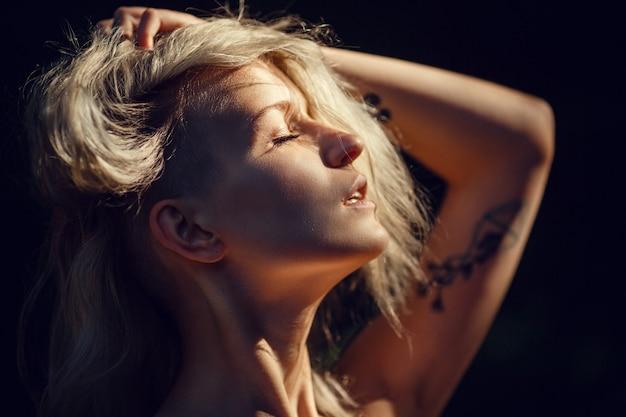 Foresta oscura di sfondo serio sexy donna affascinante.