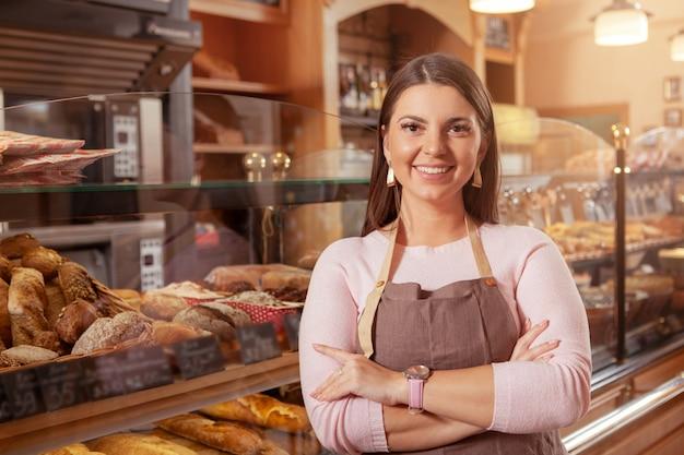 Donna affascinante che lavora nel suo negozio di panetteria