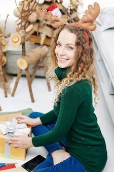 Affascinante donna che confeziona regali
