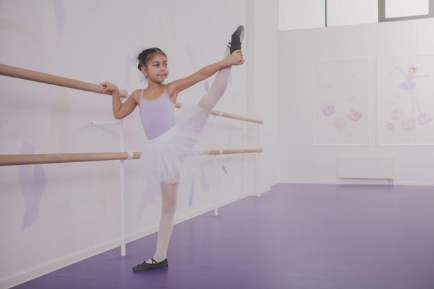 Ballerina affascinante della ragazza che si esercita alla scuola di ballo