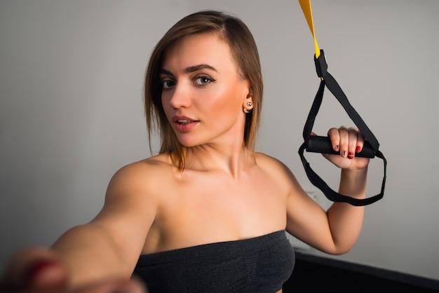 Affascinante giovane donna fa selfie
