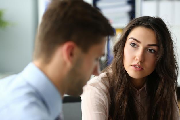 Affascinante giovane donna in ufficio