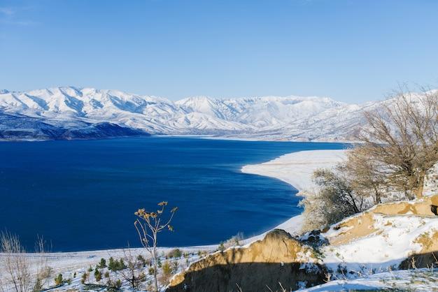 Bacino idrico di charvak in inverno in uzbekistan