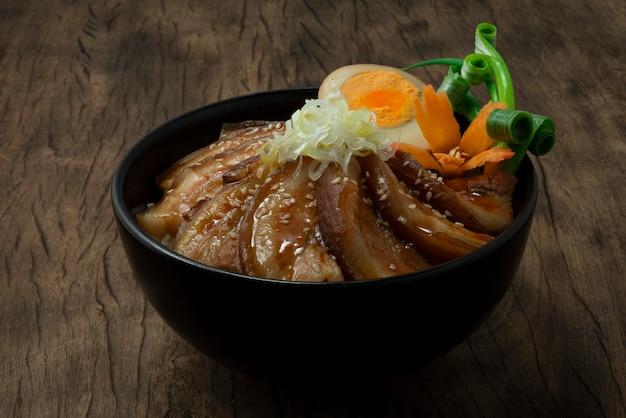 Ricetta di riso chashu don con maiale bollito in salsa marrone