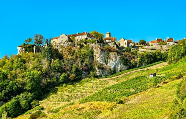Villaggio di chateauchalon sopra i suoi vigneti nel giura francia