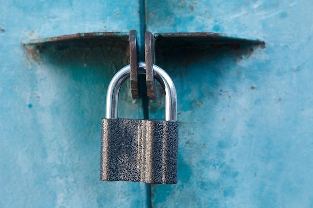 Check-lock sullo sfondo tavolo in legno marrone