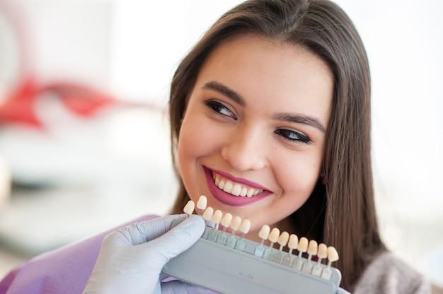 Controlla e seleziona il colore dei denti.