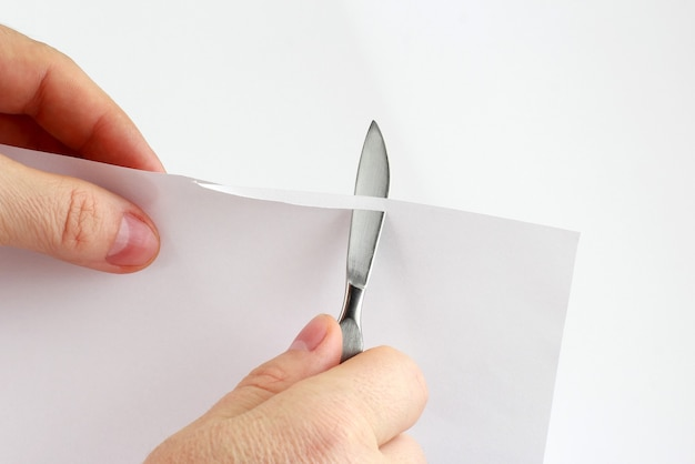Controllare l'affilatura delle lame bisturi medico sulla carta