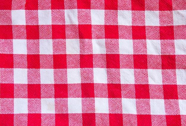 Trama di stoffa a scacchi. quadrati rossi e bianchi su tessuto.
