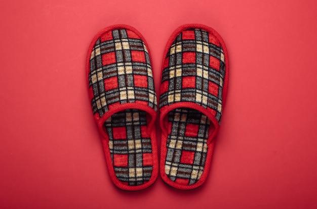 Pantofole interne a scacchi sul rosso.