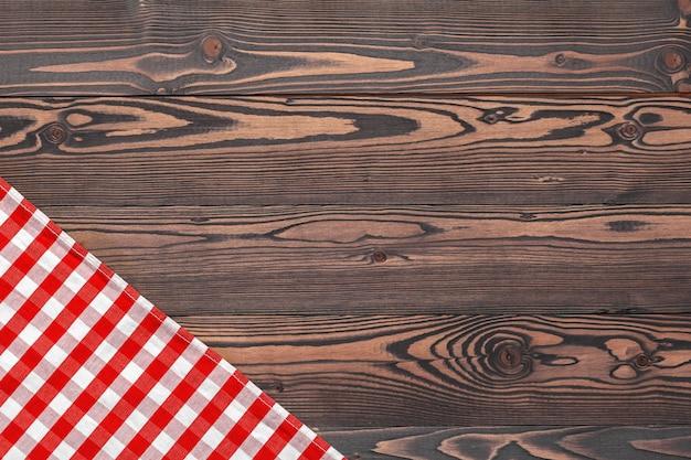 Tovaglia a scacchi sul tavolo di legno