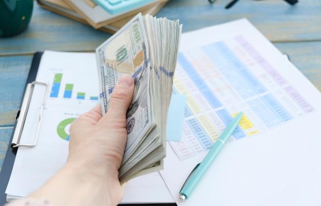 Controllo bollette imposte saldo del conto bancario e calcolo dei rendiconti finanziari annuali della società. concetto di revisione contabile.